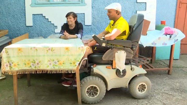 Povestea lui Nicolae care de opt ani este imobilizat într-un scaun cu rotile în urma unui cumplit accident rutier