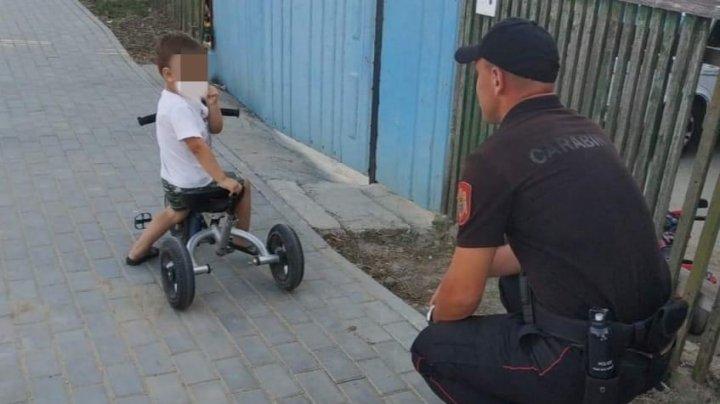 Un copilaș rătăcit, găsit pe o stradă din Comrat. Micuțul nu știe cum să ajungă acasă