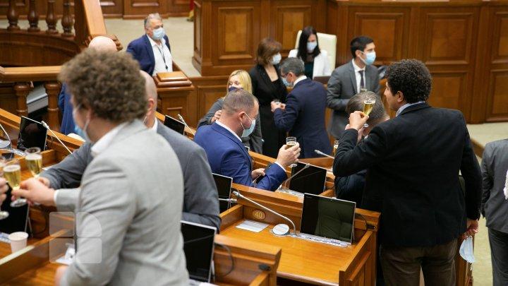 FOTOREPORT! 30 de ani de independență, sărbătoriți cu vin spumant în Parlament
