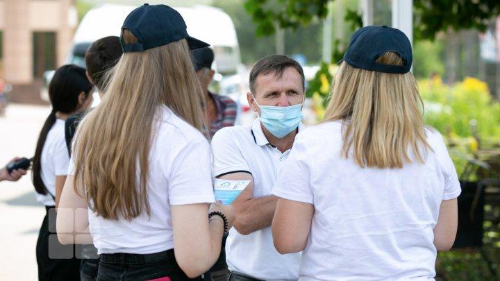 """Oamenii de la sate, informaţi despre importanța vaccinării împotriva COVID-19. """"Autocarul Sănătăţii"""" va merge în 24 de raioane (FOTO)"""