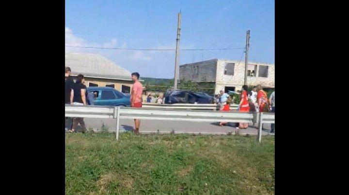 ACCIDENT GRAV în raionul Cimişlia. Un BMW s-a răsturnat, după ce s-a izbit violent într-un parapet (VIDEO)