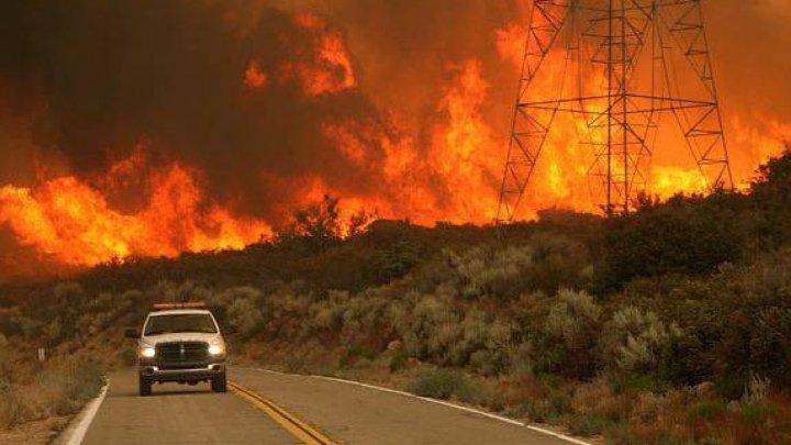 """Incendii de amploare in California. Mii de locuitori au fost chemaţi să-şi părăsească """"imediat"""" locuinţele"""