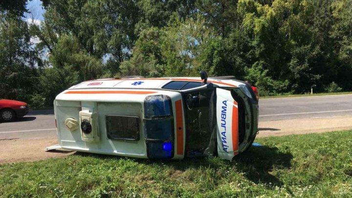 O ambulanță s-a răsturnat pe acostament, în urma unui accident în orașul Cupcini (FOTO)