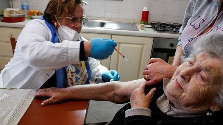 Francezii vârstnici și vulnerabili vor fi imunizați cu a treia doză de vaccin anti-Covid. Anunțul lui Emmanuel Macron