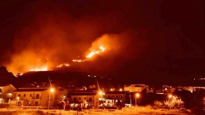 Plajă distrusă de flăcări în Catania. Incendiile au ajuns în centrul orașului și amenință aeroportul
