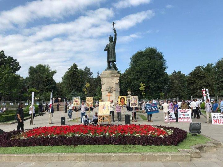 Sute de oameni s-au adunat în centrul Capitalei pentru a protesta împotriva impunerii vaccinării COVID-19 (VIDEO)