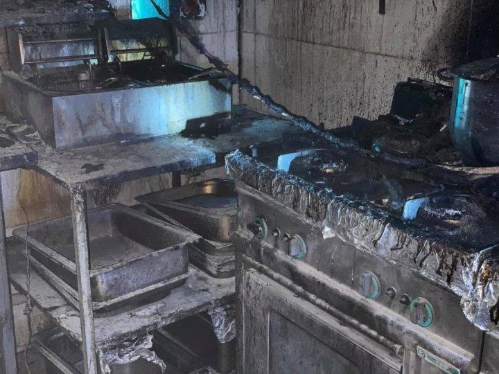 Intervenţie cu patru autospeciale. Pompierii au lichidat un incendiu izbucnit într-un local din Capitală (FOTO)