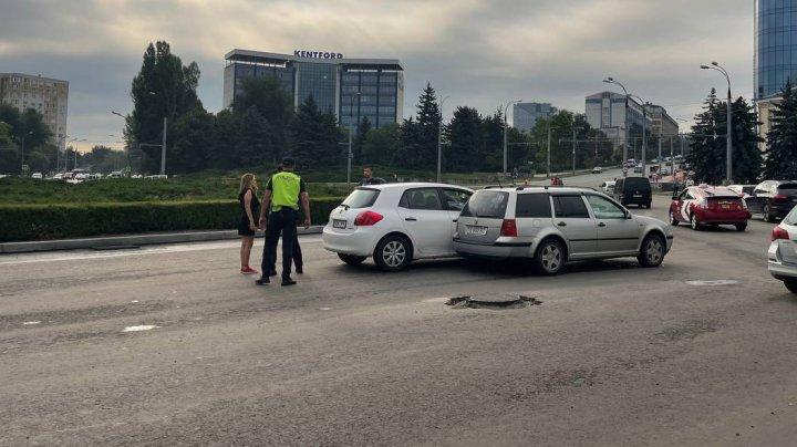 Accident în Capitală, după ce două mașini n-au împărțit drumul