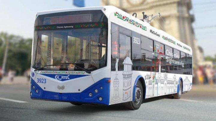 Prin Chișinău, cu troleibuzul: 12 turişti au admirat obiectivele turistice din Capitală