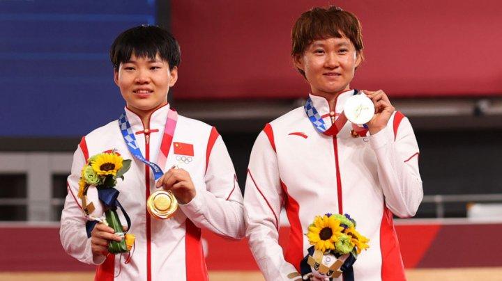 """Scandal la JO de la Tokyo 2020. Două campioane olimpice i-au adus un omagiu pe podium """"celui mai mare criminal din istorie"""" (FOTO)"""