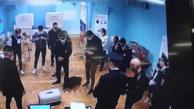 """Imagini HAIOASE într-o secţie de votare din Rusia. Un raton a fost """"urmărit"""" de poliţişti timp de 7 minute (VIDEO)"""