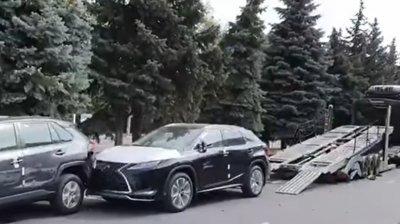 Trei maşini de lux cu zero km la bord, boţite lângă un showroom din Capitală. Cum a fost posibil (VIDEO)