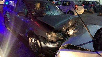 Accident în Capitală. Un pasager s-a ales cu traumatisme, după ce doi șoferi n-au putut împărți drumul