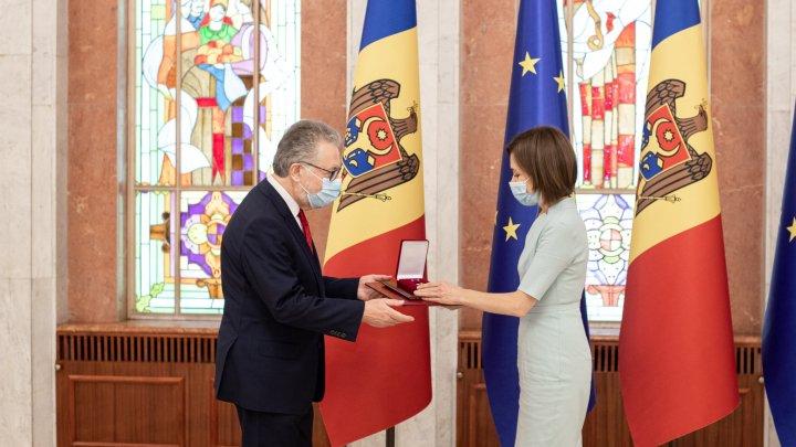 Maia Sandu i-a conferit Ordinul de Onoare Ambasadorului Republicii Franceze, Pascal Le Deunff