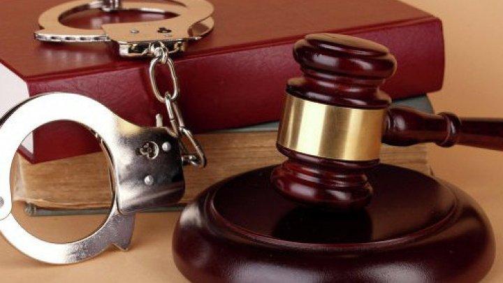 Fostul director al Penitenciarului nr.18, împreună cu 7 actuali și foști deținuți, trimişi pe banca acuzaților