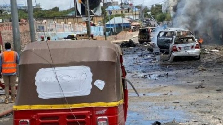 Atac sinucigaş asupra unui convoi guvernamental, în capitala Somaliei: Cel puțin 8 oameni au murit