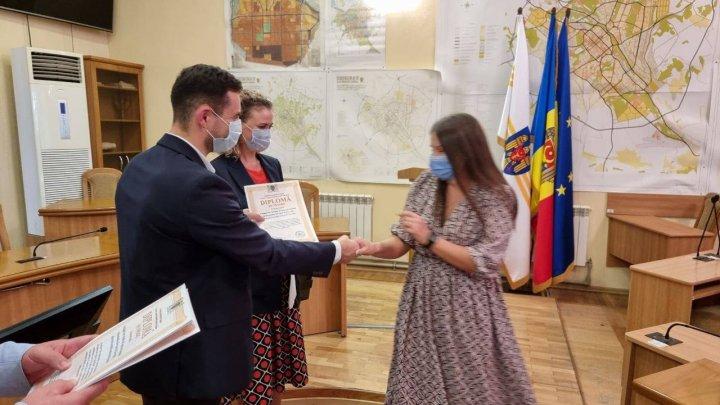 16 asistenți sociali din Capitală, premiați cu diplome de onoare și bani
