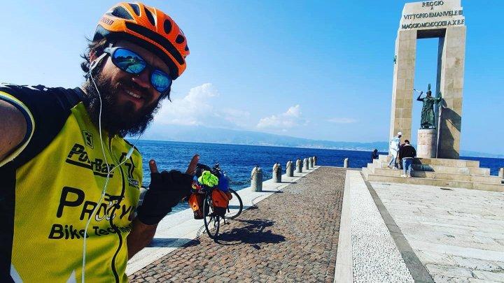 Aventura unui tânăr moldovean care a străbătut Europa cu bicicleta. Dormea în cort şi mânca pe unde apuca