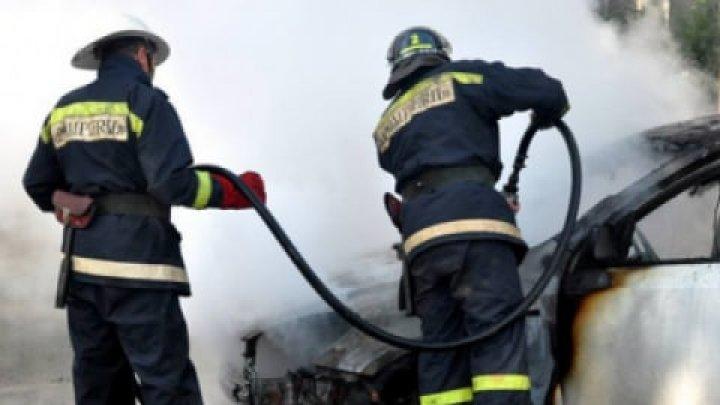 O mașină a ars în plină stradă. În urma incendiului a fost afectată secțiunea motorului