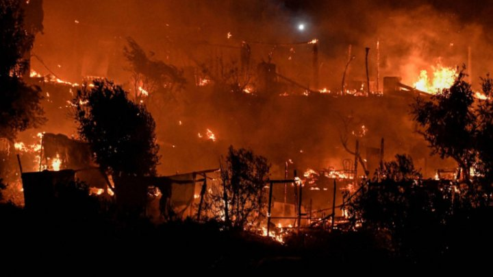 Un nou incendiu violent a erupt într-o stațiune turistică din apropierea Atenei. Oamenii sunt evacuați din calea flăcărilor