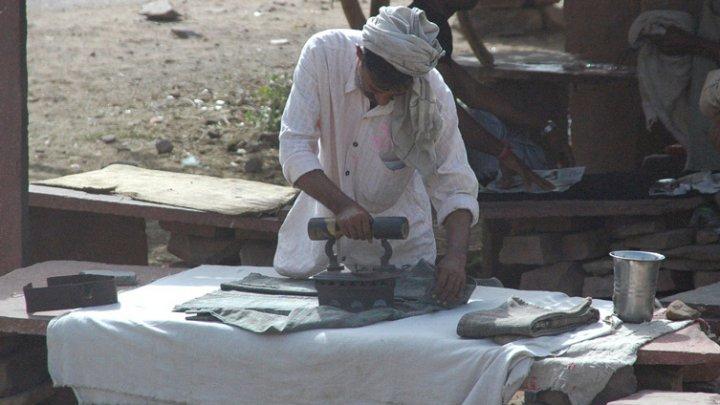Un indian acuzat de tentativă de viol va trebui să spele și să calce rufele tuturor femeilor din satul său