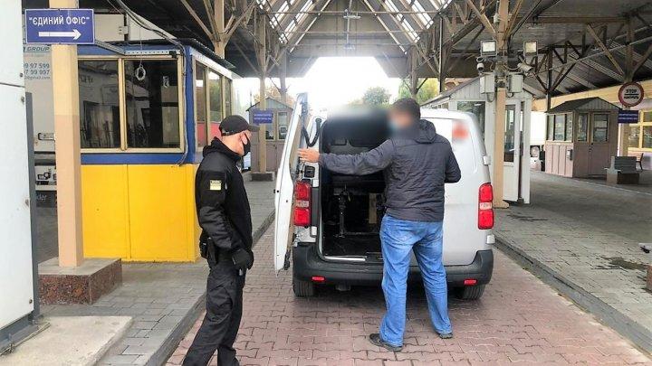 Un moldovean a primit INTERDICȚIA de a intra în Ucraina. Avea pe mașină panglica Sf. Gheorghe