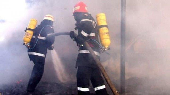 Incendiu pe strada Ismail din Capitală. Flăcările au mistuit bunurile dintr-o bucătărie (FOTO)