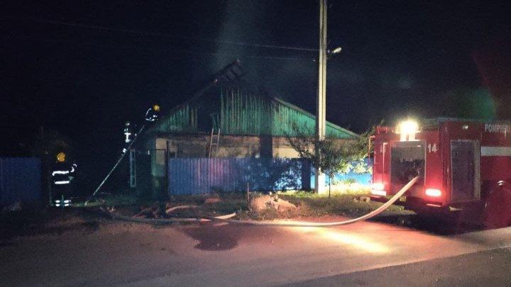 O casă din Căuşeni, cuprinsă de flăcări. Pompierii au luptat timp de două ore cu focul (FOTO)