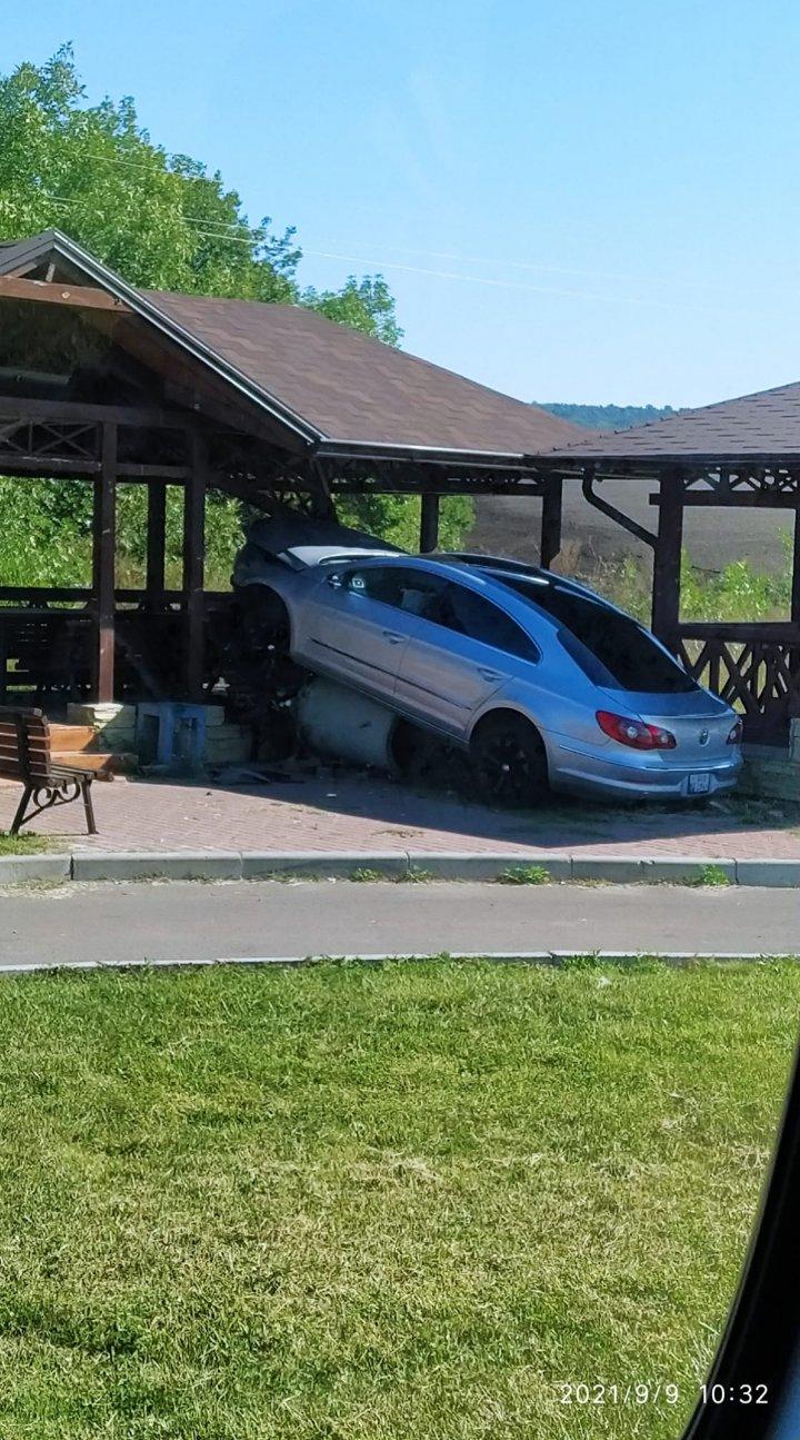 Pe şoselele din ţară, ca în filmele de acţiune. Un şofer a ajuns cu maşina într-un foişor de marginea drumului (FOTO)