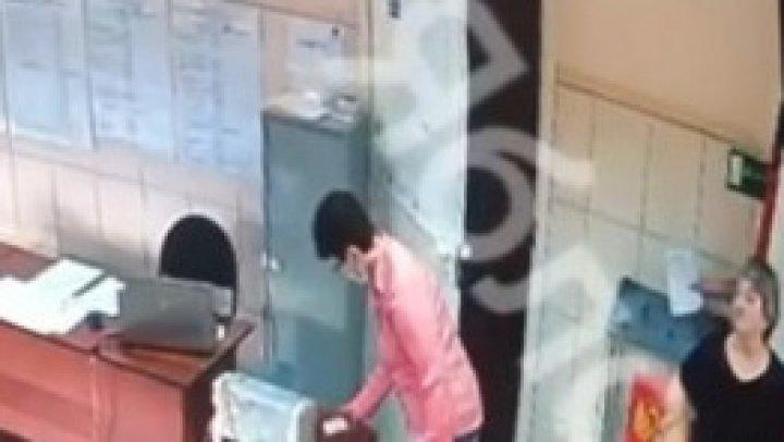 NENUMĂRATE încălcări în ultima zi de alegeri în Rusia. Un bărbat a fost filmat cum introduce mai multe buletine de vot în urnă (VIDEO)