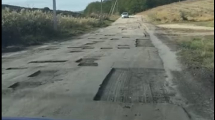 Un drum din raionul Sîngerei arată ca după război din cauza gropilor formate (VIDEO)