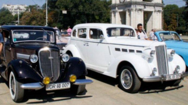 Parada automobilelor de epocă în centrul Capitalei. Mai mulţi colecţionari au participat la o cursă caritabilă