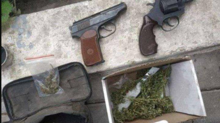 Doi bărbați, cercetați penal pentru păstrare și consum de droguri. Unul dintre suspecți reținut pentru 72 de ore (FOTO)