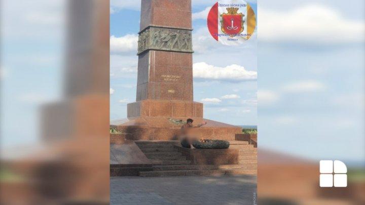 Apariție inedită în orașul Odesa. Un bărbat a fost surprins cum se relaxa gol-pușcă lângă monumentul Flacăra Eternă (FOTO)