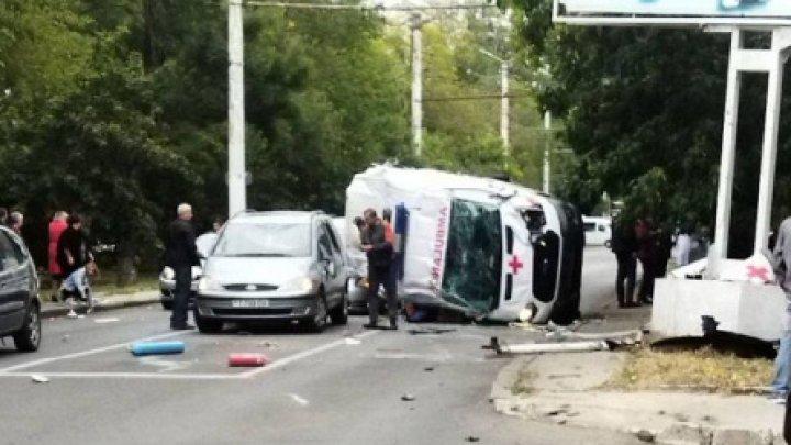 Accident în lanț în orașul Tiraspol. O ambulanță s-a răsturnat, dupa ce s-a lovit puternic cu o mașină (VIDEO)