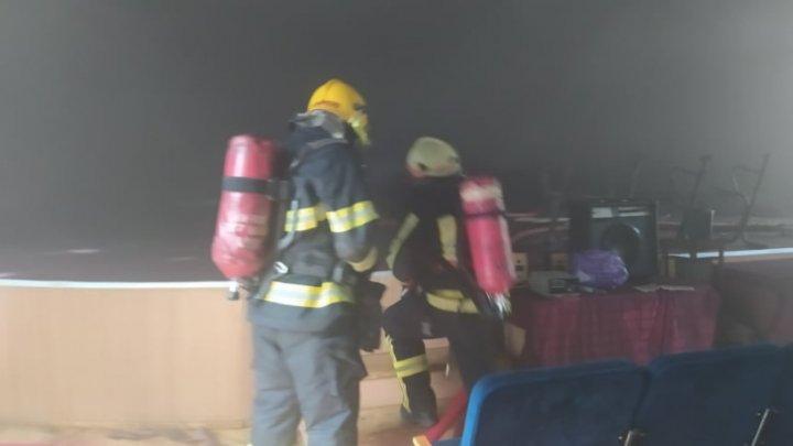 Incendiu la Centrul de Excelență în Economie și Finanțe din Capitală. Au intervenit patru echipe de salvatori (VIDEO)