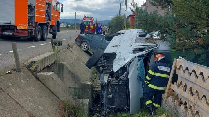 Cinci moldoveni, implicați într-un accident în România. Microbuzul în care se aflau s-a răsturnat după ce s-a lovit cu un automobil (FOTO)