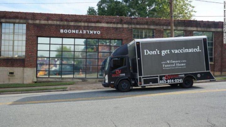 O mașină funerară circulă pe străzile dintr-un oraș american şi transmite un mesaj pentru nevaccinați