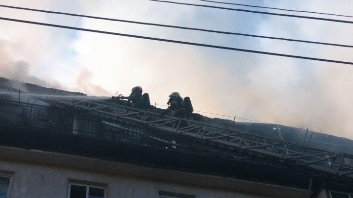Incendiul din Capitală a fost localizat. Autoritățile urmează să decidă unde vor fi cazați locatarii din apartamentele afectate de flăcări