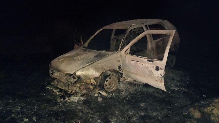 Două persoane au ajuns la spital, după ce mașina în care se aflau a ars în totalitate. Șoferul era beat (FOTO)