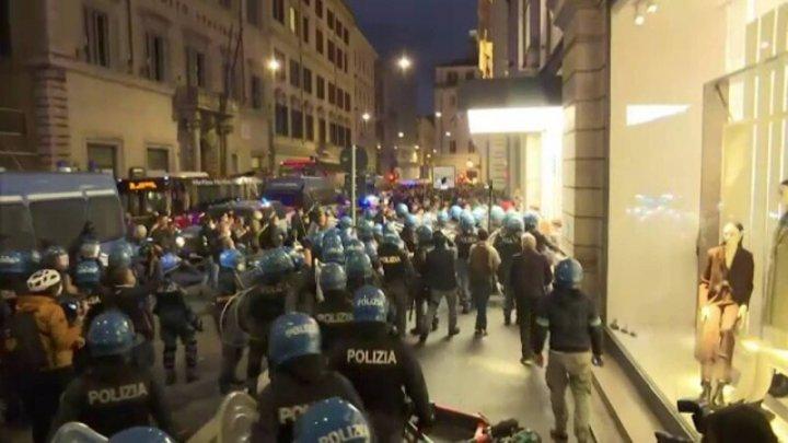 Protest de amploare în Italia faţă de certificatul de vaccinare. Mii de oameni au ieşit în stradă