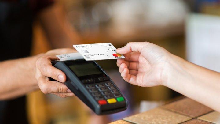 Studiu Mastercard: 70% din deţinătorii de carduri din Moldova ar dori să plătească cumpărăturile cu smartphone-ul
