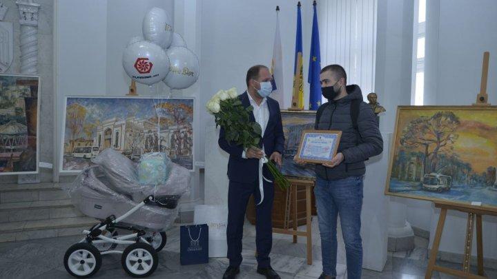 Primul copil care s-a născut de Hramul Chișinăului, la Spitalul Gheorghe Paladi, a primit o diplomă și daruri din partea municipalității
