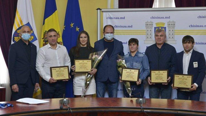 În ajun de Hramul Chişinăului, Irina Rîngaci, Victor Ciobanu şi Iulia Leorda s-au ales cu premii financiare din partea municipalității