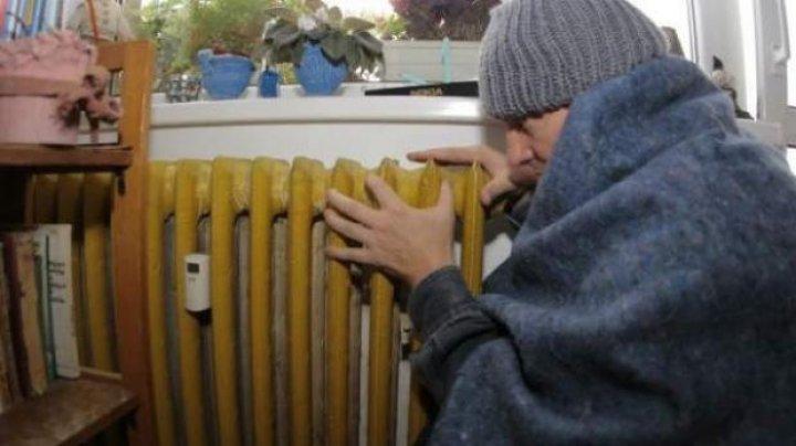 Locuitorii Capitalei îngheaţă în apartamente. Doar o treime din blocuri sunt conectate la căldură