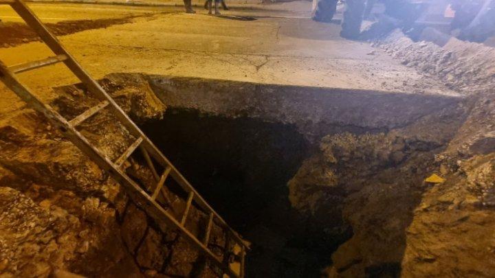 CRATER IMENS! Noapte albă în Capitală, după ce s-a surpat o porţiune de drum de pe strada Ismail