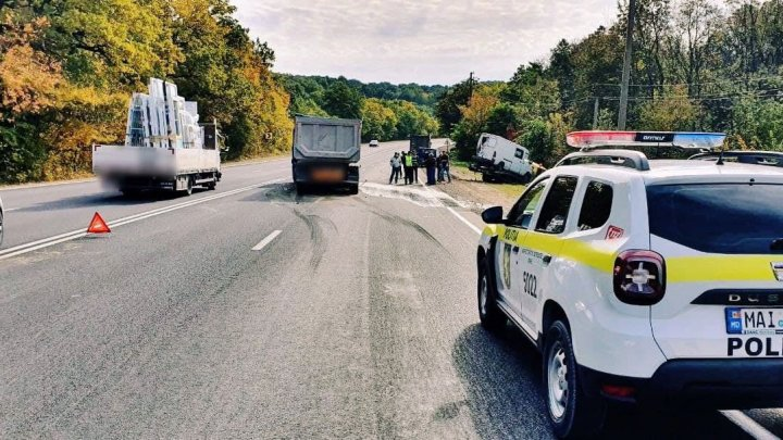 Un microbuz a fost lovit din spate de un camion. Un pasager a ajuns la spital