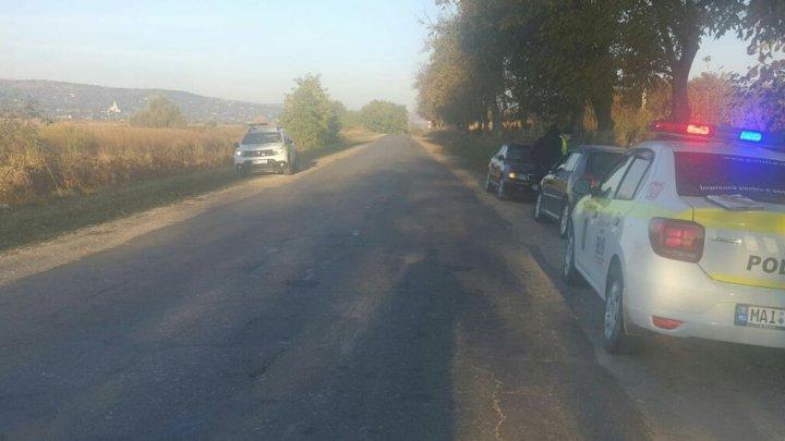 Accident rutier: O femeie a fost lovită de un automobil în timp ce mergea pe acostament