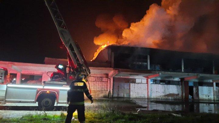 Incendiu teribil la un depozit din România. Pompierii au luptat cu flăcările două zile