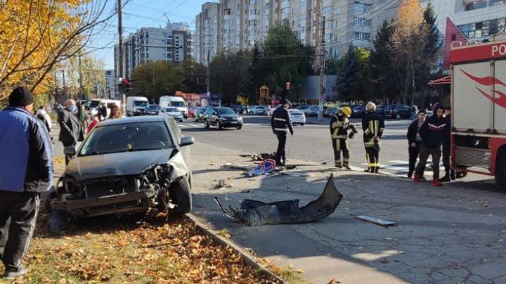 Grav accident în Capitală. Două automobile s-au lovit violent (FOTO)